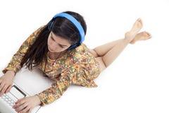 Adolescente en auriculares que escucha la música Fotos de archivo libres de regalías