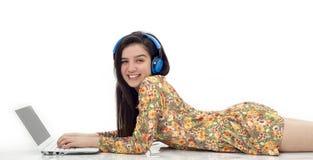 Adolescente en auriculares que escucha la música Imagen de archivo libre de regalías