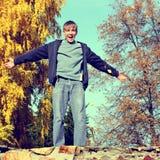 Adolescente en Autumn Park Imagenes de archivo