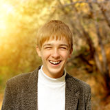 Adolescente en Autumn Park Imágenes de archivo libres de regalías
