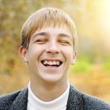 Adolescente en Autumn Park Fotos de archivo