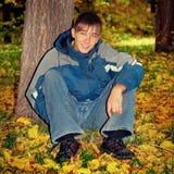 Adolescente en Autumn Park Imagen de archivo libre de regalías