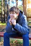 Adolescente en Autumn Park Foto de archivo libre de regalías
