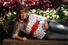 Adolescente en banco de parque Imágenes de archivo libres de regalías