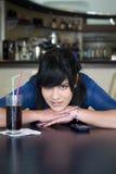 Adolescente en barra Imagen de archivo