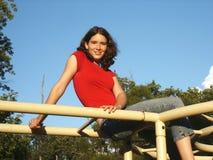 Adolescente en barras de mono Foto de archivo libre de regalías