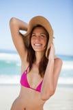 Adolescente en beachwear que sonríe mientras que mira para arriba Foto de archivo
