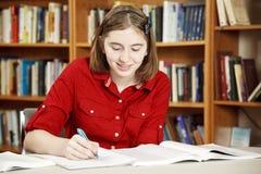 Adolescente en biblioteca Imagen de archivo