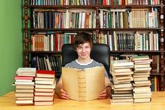 Adolescente en biblioteca Foto de archivo libre de regalías