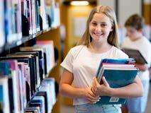 Adolescente en biblioteca Imágenes de archivo libres de regalías