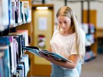Adolescente en biblioteca Foto de archivo