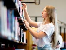 Adolescente en biblioteca Fotografía de archivo