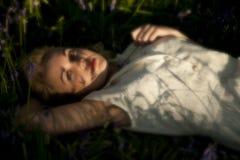 Adolescente en Bluebells Imagen de archivo
