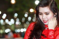 Adolescente en bokeh brillante de las luces Fotografía de archivo