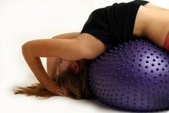 Adolescente en bola del ejercicio Foto de archivo libre de regalías