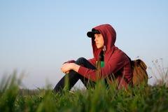 Adolescente en césped verde Imagenes de archivo