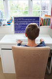 Adolescente en código de ordenador de la escritura del dormitorio Fotos de archivo libres de regalías