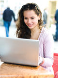 Adolescente en café Foto de archivo libre de regalías
