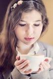 Adolescente en café de consumición del restaurante Fotografía de archivo libre de regalías