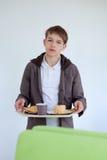 Adolescente en café que come los alimentos de preparación rápida Fotos de archivo libres de regalías