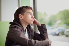 Adolescente en café que come los alimentos de preparación rápida Imagenes de archivo