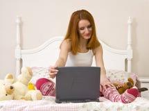 Adolescente en cama Imagen de archivo libre de regalías
