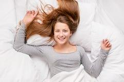 Adolescente en cama Fotos de archivo