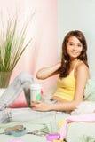 Adolescente en cama con café Imagen de archivo libre de regalías