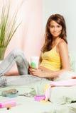 Adolescente en cama con café de la comida rápida Imágenes de archivo libres de regalías