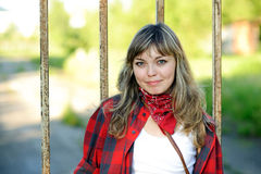 Adolescente en camisa roja Imágenes de archivo libres de regalías