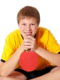 Adolescente en camiseta amarilla con el cohete del ping-pong Fotos de archivo libres de regalías