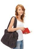 Adolescente en camiseta blanca en blanco con el libro Fotografía de archivo libre de regalías