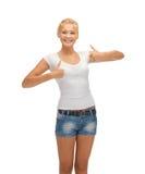 Adolescente en camiseta blanca en blanco con los pulgares para arriba Foto de archivo libre de regalías