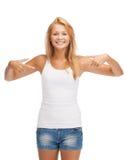 Adolescente en camiseta blanca en blanco con los pulgares para arriba Imagen de archivo