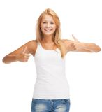 Adolescente en camiseta blanca en blanco con los pulgares para arriba Imagenes de archivo