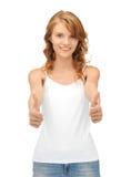 Adolescente en camiseta blanca en blanco con los pulgares para arriba Fotografía de archivo