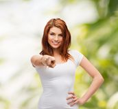 Adolescente en camiseta blanca en blanco que señala en usted Fotografía de archivo libre de regalías
