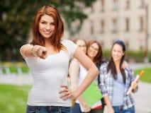 Adolescente en camiseta blanca en blanco que señala en usted Imágenes de archivo libres de regalías