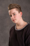 Adolescente en camiseta marrón Fotografía de archivo libre de regalías