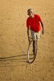 Adolescente en camiseta roja Imagen de archivo
