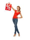 Adolescente en camiseta roja con el panier Imagen de archivo