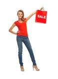 Adolescente en camiseta roja con el panier Imagenes de archivo