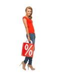 Adolescente en camiseta roja con el panier Fotos de archivo