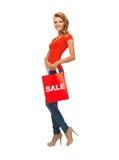 Adolescente en camiseta roja con el panier Fotos de archivo libres de regalías