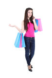 Adolescente en camiseta rosada con los bolsos de compras Imagenes de archivo