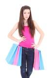 Adolescente en camiseta rosada con los bolsos de compras Fotos de archivo