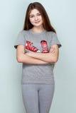 Adolescente en camiseta y pantalones grises Foto de archivo libre de regalías