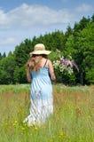 Adolescente en campo del verano Fotografía de archivo