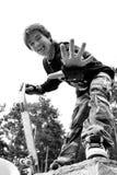Adolescente en camuflaje con el patín Imágenes de archivo libres de regalías