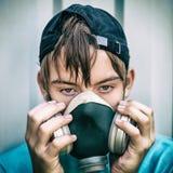 Adolescente en careta antigás Fotos de archivo